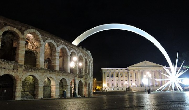 Discover Verona and its huge shooting star made of white iron for Christmas